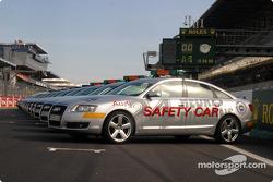 Les Safety Car Audi sur la grille de départ