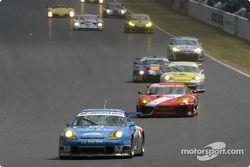 Départ : la Porsche 911 GT3 RS n°72 de Luc Alphand Aventures (Luc Alphand, Christian Lavieille, Philippe Almeras)