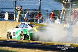 La n°86 du Freisinger Motorsport fume sur le côté de la piste