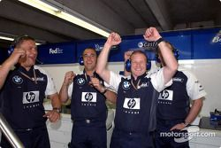 Los miembros del equipo Williams-BMW celebran la pole position de Ralf Schumacher