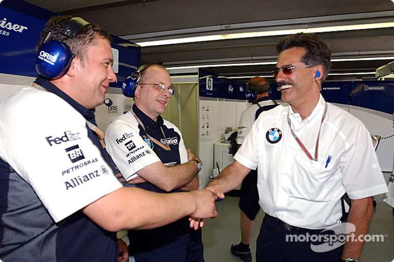 Dr Mario Theissen celebra con Ralf Schumacher la pole position con miembros del  Williams-BMW team
