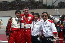 Ross Brawn y los miembros del equipo Bridgestone celebran victoria