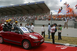Présentation des pilotes : Chris Dyson, Katsumoto Kaneishi et Jan Lammers, qui salue les fans néerlandais