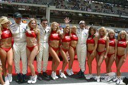 Des heureux Luc Alphand, Christian Lavieille, Philippe Almeras avec les Hawaiian Tropic girls