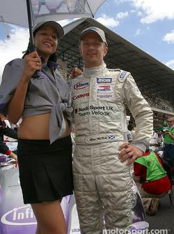 Allan McNish avec l'hôtesse Audi Sport UK Team Veloqx