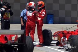 Michael Schumacher y Rubens Barrichello celebran