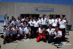 Los miembros del equipo Bridgestone celebran otra victoria