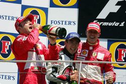 Podium : le vainqueur Michael Schumacher avec Rubens Barrichello et Takuma Sato