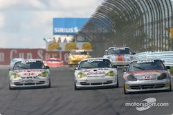 La Porsche GT3 RS n°72 de Jack Lewis Enterprises (Manuel Matos, Jack Lewis) devance un groupe de Porsche