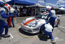 Arrêt aux stands pour la #04 Grease Monkey Racing Porsche GT3 Cup: Gene Sigal, Adolfo Castillo, Andrew Alfonso