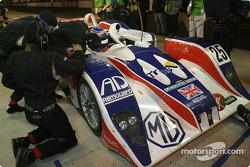 Arrêt aux stands pour la Lola MG n°25 de RML (Mike Newton, Thomas Erdos, Nathan Kinch)