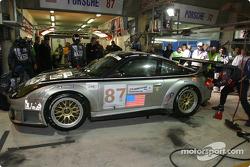 Arrêt aux stands pour la Porsche 911 GT3 RSR n°87 du Orbit Racing (Leo Hindery, Marc Lieb, Mike Rockenfeller)