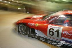 Arrêt aux stands pour la Ferrari 575 Maranello n°61 du Barron Connor Racing (Thomas Biagi, Danny Sullivan, John Bosch)
