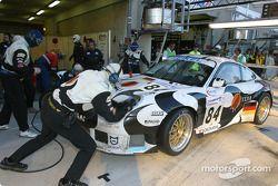 Arrêt aux stands pour la Porsche 911 GT3 RS n°84 du Seikel Motorsport (Tony Burgess, Philip Collin, Andrew Bagnall)