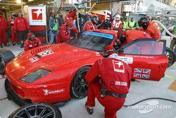 Arrêt aux stands pour la Ferrari 550 Maranello n°65 du Prodrive Racing (Colin McRae, Rickard Rydell, Darren Turner)