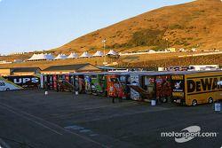 Les camions attendent leurs équipes dans le paddock
