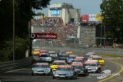 Start: Christijan Albers, Team HWA, AMG-Mercedes C-Klasse 2004; Gary Paffett, Team HWA, AMG-Mercedes