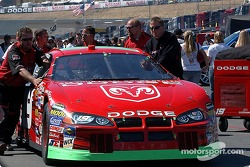 L'équipe de Jeremy Mayfield pousse sa voiture sur la grille de départ