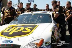 L'équipe de Dale Jarrett pousse sa voiture sur la grille de départ