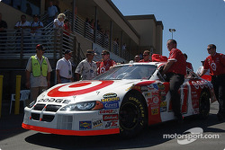 L'équipe de Casey Mears pousse sa voiture sur la grille de départ