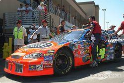 L'équipe de Jeff Gordon pousse sa voiture sur la grille de départ