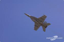 Un F/A-18 Hornet survole la piste