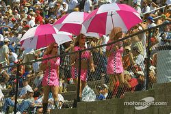 Les Umbrella Girls dans la foule
