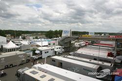 Les ventilateurs dans le garage Winston Cup