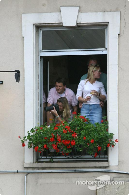 Des Fans à La Fenêtre 24 Heures Du Mans Photos 24 Heures Du Mans