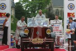 William Binnie, Rick Sutherland et Clint Field doivent pousser leur voiture de la parade