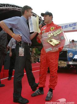 Tomas Enge reçoit le trophée du poleman en catégorie GTS