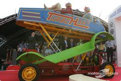 Les clowns et leur machine dingue : hey, est-ce une Lotus 88 ?