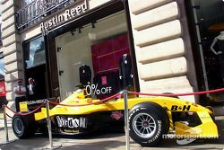 Jordan Ford EJ14 à l'extérieur du Austin Reed shop à Regent Street