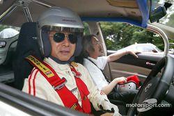 Akihiko Saito, et Makoto Matsui, exécutif de Toyota, dans le cockpit d'une Toyota Prius