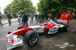 Olivier Panis pilote la Toyota TF103 à Goodwood