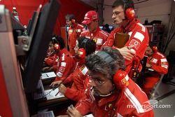 Michael Schumacher en el centro de telemetría de Ferrari