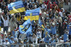Renault F1 fans celebran la pole position de Fernando Alonso