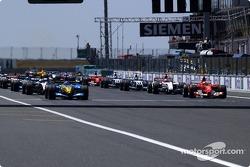 Start: Fernando Alonso, Renault R24, führt