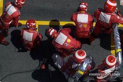 Miembros del equipo Ferrari esperan por Rubens Barrichello