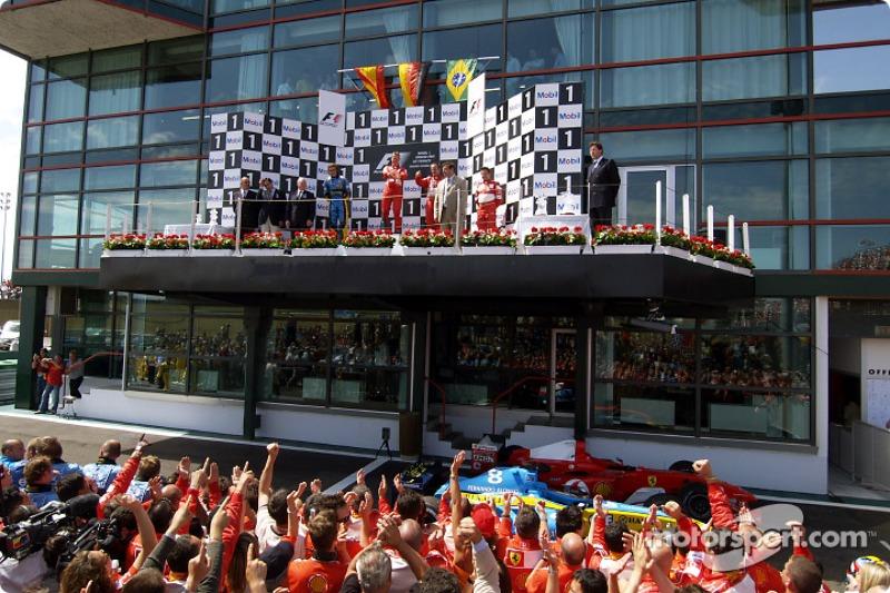 Así festejaba el equipo en el podio con el ganador de la carrera Michael Schumacher.