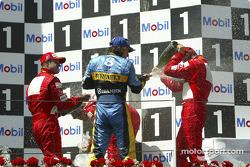 Подіум: шампанське для Міхаеля Шумахера, Фенандо Алонсо та Рубенса Баррікелло
