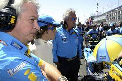 Pat Symmonds, Fernando Alonso y Flavio Briatore en la parrilla de salida