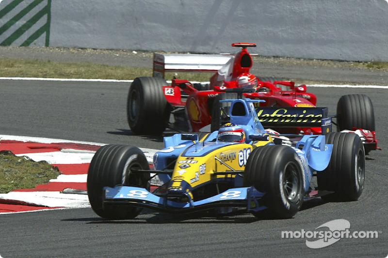 ... führt 32 Runden lang vor Michael Schumacher im Ferrari