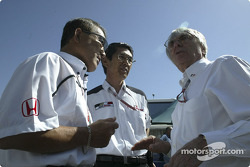 Takeo Kukui, Shoichi Tanaka y Bernie Ecclestone