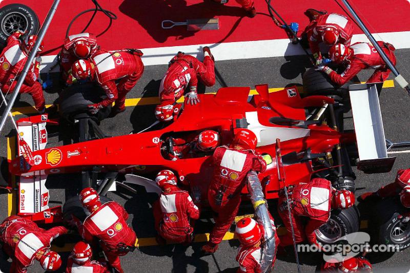 Schumacher absolviert im Verlauf der 70 Runden 4 Boxenstopps