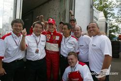 1. Michael Schumacher, Ferrari, mit Bridgestone-Reifentechnikern