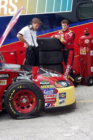 Ray Evernham regarde les dégâts subis par la voiture principale
