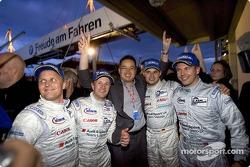 Audi Sport UK Team Veloqx fête la victoire : Johnny Herbert, Allan McNish, Sam Li, Pierre Kaffer et Jamie Davies