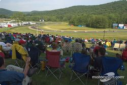 Les fans de Lime Rock regardent la course