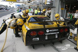 Arrêt aux stands pour la #63 Corvette Racing Corvette C5-R : Ron Fellows, Johnny O'Connell, Max Papis